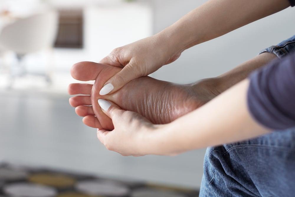 de ce imi amorteste piciorul drept durerea articulațiilor cotului