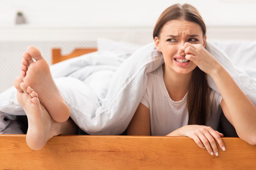 Picioare care transpira excesiv/abundent: cauze, tratamente